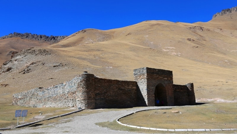 Одним из редких каменных сооружений в Центральной Азии является постройка Таш-Рабат в Атбашинском районе Нарынской области Киргизии. Таш-Рабат расположен в 80-ти километрах от селения Атбаш и в 18 километрах к югу от Великого Кыргызского тракта, в ущелье горного хребта Атбаши недалеко от перевала к озеру Чатыр-Куль.