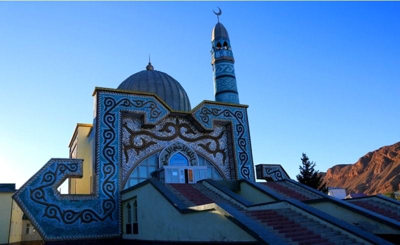 Мечеть со стразами в Нарыне. Так шутливо называют новую мечеть, фасад которой был облицован кусочками зеркал.