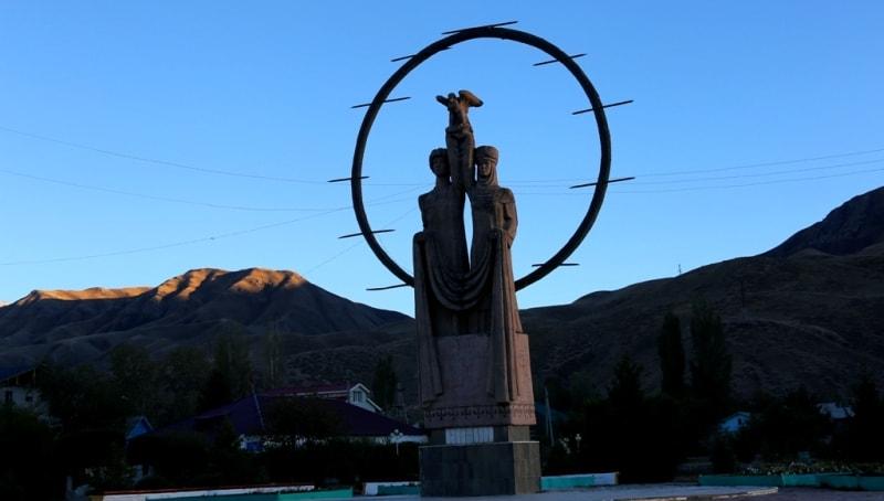 Место для строительства укрепления в долине реки Нарына было выбрано полковником В. Полторацким в 1867 году во время его рекогносцировочной  экспедиции на озеро Чатырколь. Здесь находился, так называемый, китайский мост через Нарын на караванной дороге, соединяющей Чуйскую долину и Прииссыкулье с Кашгаром.