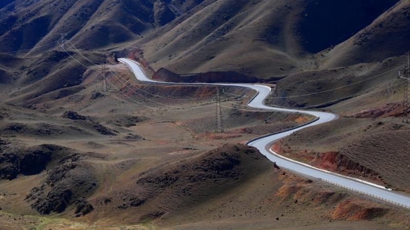 Мы выехали из Нарына 5 октября в 8 часов. Первая остановка была на перевале Кубакы, высотой 2160 метров над уровнем моря. Здесь мы совершили небольшую прогулку в окрестностях. С возвышения над перевалом открывается такая панорама на дорогу внизу, которая ведет к Ортокойскому водохранилищу.