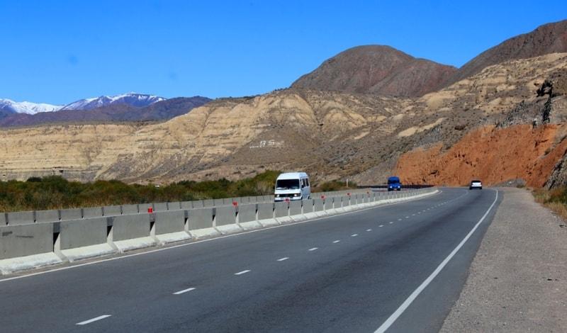 Этим снимком хочу обратить внимание на состояние дорог в Киргизии. Это участок дороги в начале Боомского ущелья, недалеко от города Балыкчи.