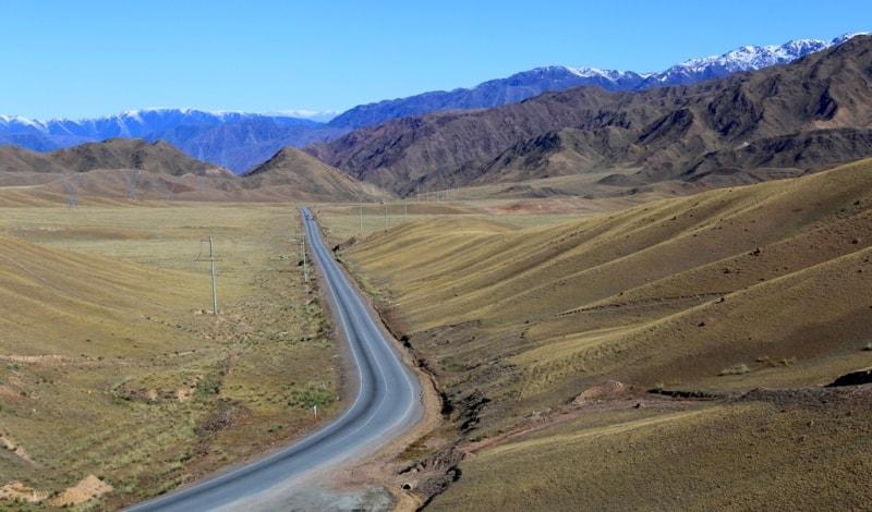 Эта прямая дорога ведет к мосту через реку Чу, откуда далее уходят дороги на Бишкек и города Балыкчи.