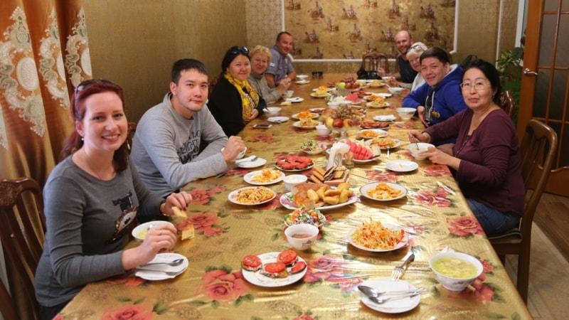В поселке Токмок нас ждал обед в казахской семье. Здесь мы попробовали конину и узбекское национальное блюдо дым-ляма.