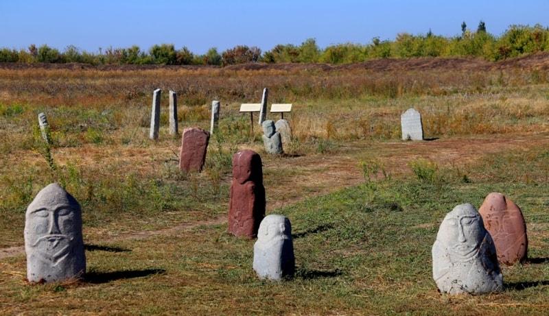В археологии имеется множество названий этих каменных изваяний. Исконное древнетюркское название – «badiz» - (фигура, высеченная из камня). Каменные памятники-изваяния – балбалы, представляют одну из значительных коллекций архитектурно-археологических материалов музея Башня Бурана, здесь насчитывается более 80 разноплановых каменных скульптур.