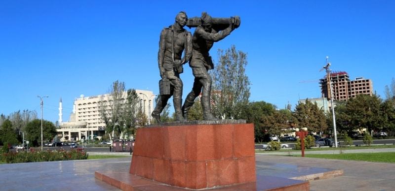 После посещения башни Бурана мы прибыли в город Бишкек. Первая остановка была на площади Победы.
