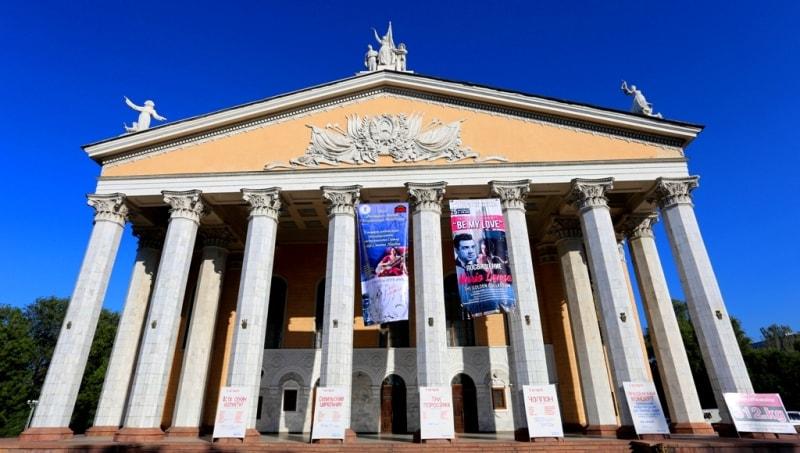Началом кыргызского профессионального театрального искусства принято считать 1926 год, когда во Фрунзе (ныне Бишкек) была образована первая музыкально-драматическая студия. В 1930 году на основе этой студии, где занимались в основном представители художественной самодеятельности, образовывается Кыргызский государственный драматический театр. В эти годы в Кыргызстан приезжают замечательные музыканты-профессионалы, композиторы, дирижеры, художники, режиссеры, педагоги, которые оказали неоценимую помощь и влияние на дальнейшее развитие театрального искусства.