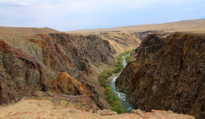 Этот каньон находится в 10 километрах от основной трассы Алматы – Нарынкол по дороге на поселок Жаланаш. Здесь была наша очередная остановка после остановки на главном каньоне Чарына.