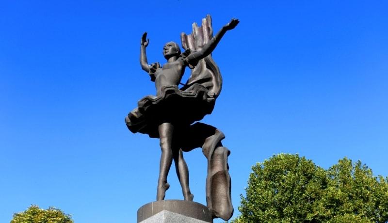 Бюбюсара Бейшеналиева (1926 - 1973 г.г.). Памятник установлен в 1997 г. Расположен c северной стороны театра Оперы и Балета. Известная балерина, одна из основателей национальной балетной школы. Она запечатлена на 5-и сомовой купюре.