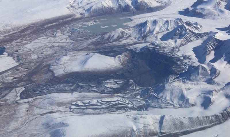 6 октября рано утром мы вылетели рейсом Южных Синьзянских авиалиний в Урумчи.  Был прекрасный полет над горами Центрального Тянь-Шаня Киргизии и Китая. Где еще такое увидишь! Сейчас под нами рудник Кумтор. Кумтор (кирг. Кумтөр) - третье по запасам золота месторождение. Залежи золота оцениваются в 700 тонн. «Кумтор» - самый последний высокогорный рудник в мире. Месторождение расположено в Иссык-Кульской области Киргизии на расстоянии 350 км от Бишкека, в 60 км южнее озера Иссык-Куль, в 60 км от границы с Китаем.
