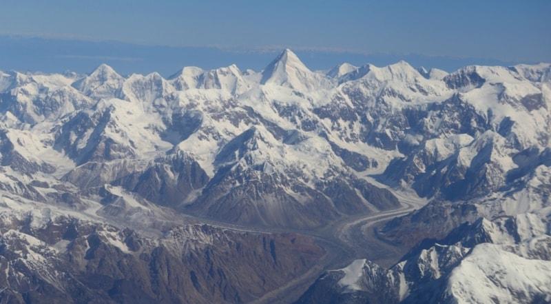 Первый раз вижу массив пика Хан-Тенгри с юга. Пик Хан-Тенгри имеет две высоты 6995 метров над уровнем моря, эта высота является топографической, высота в 7010 метров, видимо, коммерческая для привлечения альпинистов для восхождения, как на пик высотой более 7000 метров.
