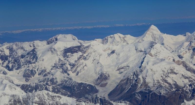 Пик Победа, который почти на 500 метров выше пика Хан-Тенгри, отсюда выглядит совсем невзрачным. Все же пик Хан-Тенгри более монументален и бросается в глаза своей островерхой вершиной. Пик Победы - горная вершина, высшая точка Тянь-Шаня и Киргизии. Расположен на границе Киргизии и Синьцзян-Уйгурского автономного района Китая, в хребте Какшаал-Тоо, к востоку от озера Иссык-Куль, в 16 км юго-западнее пика Хан-Тенгри.