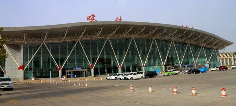 Аэропорт в Урумчи. Урумчийский международный аэропорт Дивопу расположен в волости Дивопу района Синьши городского округа Урумчи - столицы Синьцзян-Уйгурского автономного района в северо-западной части Китая. Аэропорт находится в 16 км от делового центра Урумчи. Это базовый аэропорт для авиакомпаний China Southern Airlines и Hainan Airlines. Кроме того, это самый большой аэропорт в западном Китае и с 2012 года он занимает 15-е место среди самых загруженных аэропортов Китая по пассажиропотоку (13,3 млн).