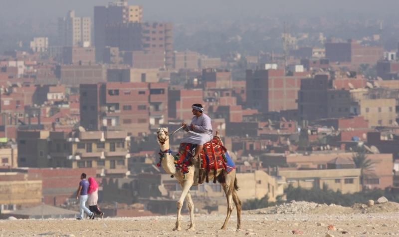 С этого возвышения открывался вид на Каир столицу древнего Египта, за спиной находятся пирамиды Гизы.