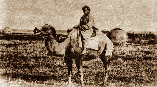 Киргиз в степи на верблюде. Принадлежность фотографии не установлена.