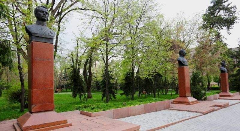 Мемориал «Аллея Выдающихся Деятелей» в Алматы.