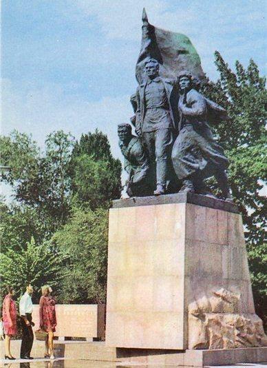 Памятник борцам за установление Советской власти в Семиречье.1970 год.