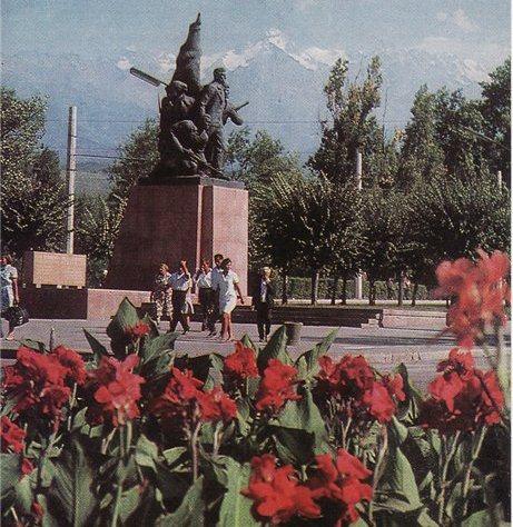 0-0Памятник борцам за установление Советской власти в Семиречье.