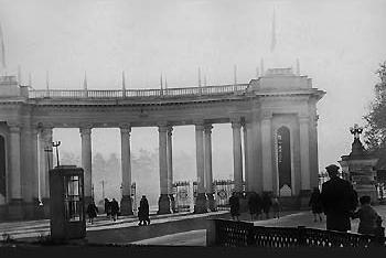 Арка с колоннами в на входе в парк имени М. Горького.