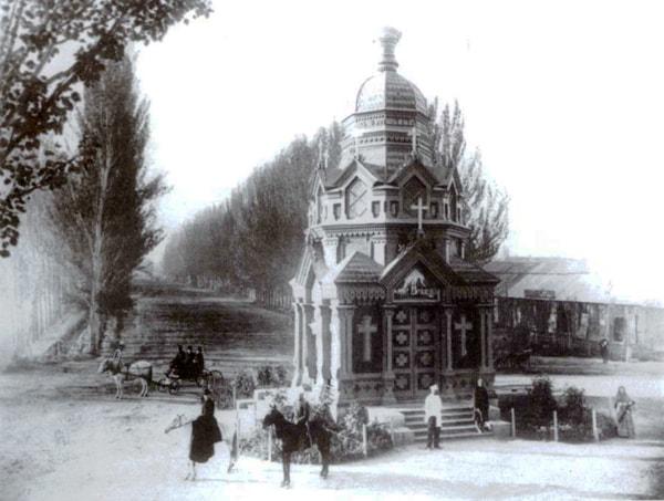 Знаменская часовня, построенная в 1887 году в память о жертвах землетрясения.