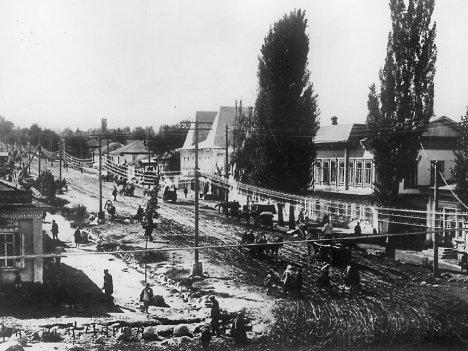 Перекресток улиц Капальской и Торговой, ныне улицы Жибек-Жолы Кунаева.