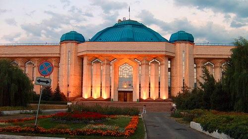 Музей в вечернем освещении.