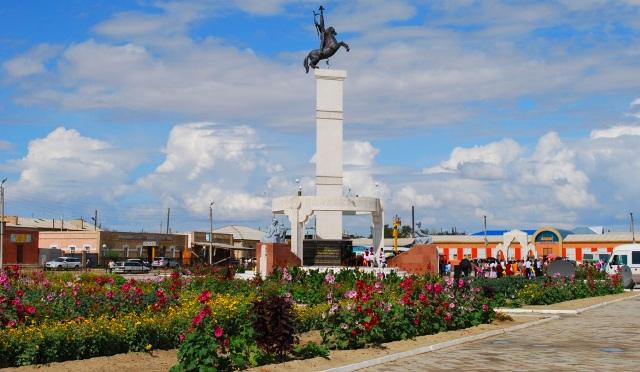 Городская площадь у местного базара.