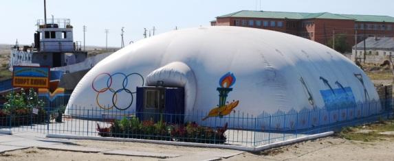 Спортивный зал с бассейном на берегу старого порта.