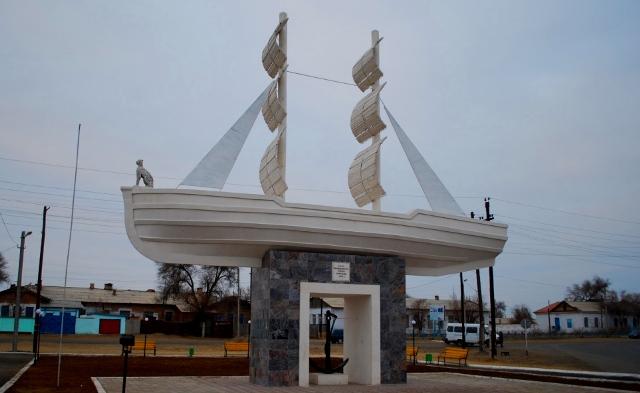 Памятник Белому кораблю у железнодорожного вокзала.