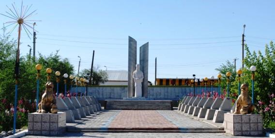 Сквер и мемориал Славы у акиматовской площади.