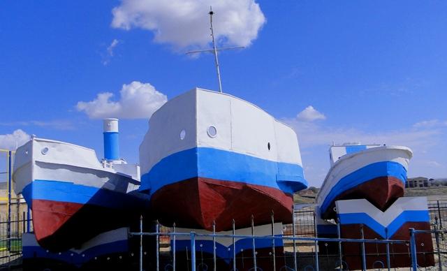 Памятник кораблям аральской флотилии, на берегу старого порта.