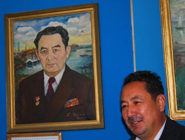 Преемственность поколений отец на портрете, слева (директор музея в прошлом) и сын (нынешний директор, справа) Жасекеновы.