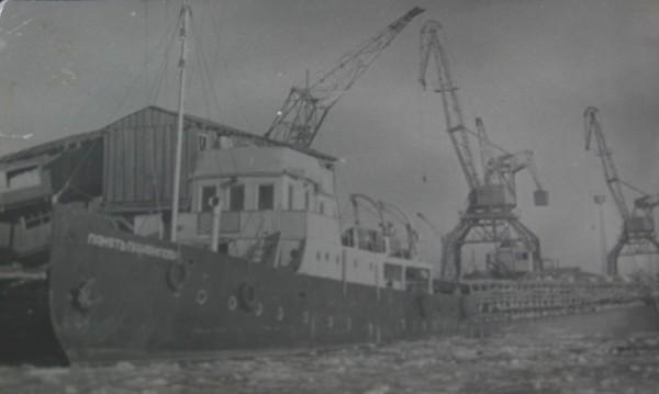 Рыболовное судно, зимой  в порту Аральска.