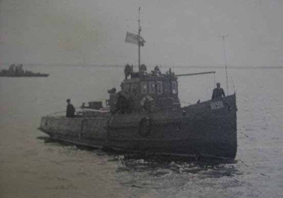 """Военный корабль """"Жук"""" направляется на рейд в порт Аральска."""