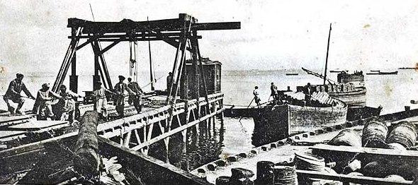 Поселок Ракуша. Выгрузка материалов на пристани острова Эмба.