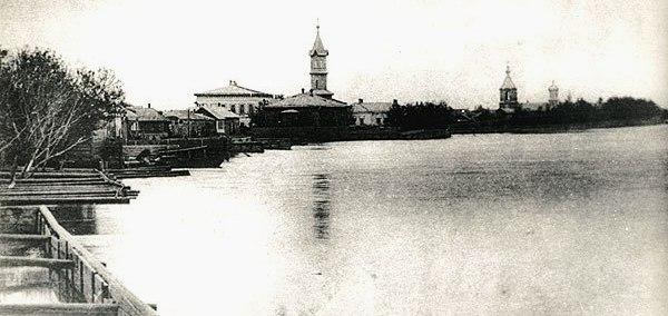 Река Урал. Вдали на правом берегу татарская мечеть.