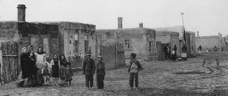 Саманные дома была основными по всему городу.