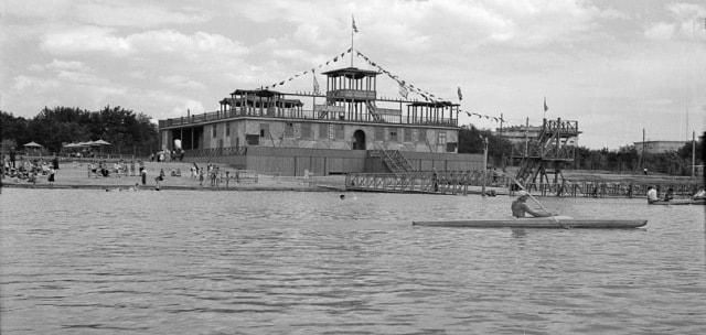 Городской пляж и старая гребная база в 1953 году.
