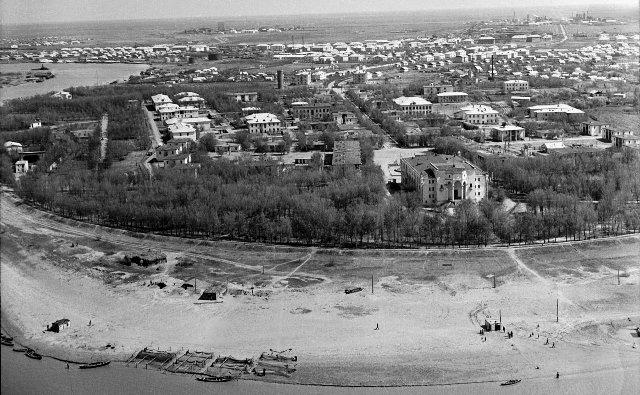 Вид на город, на переднем плане Жилгородок. В 1982 году «Жилгородку» придан статус памятника истории и архитектуры республиканского значения.