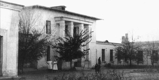Здание заводской поликлиники в 1960 году.