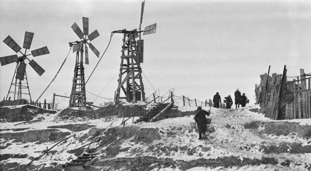 В 1954 году носили домой воду в вёдрах. Через такие ветряки получали электроэнергию.