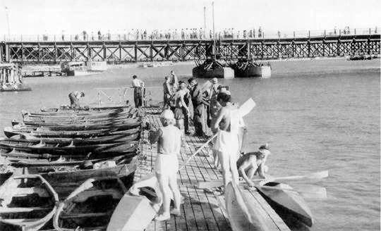 Пантонный мост. 50-е годы ХХ века. Мост просуществовал с 1949 по 1965 годы.
