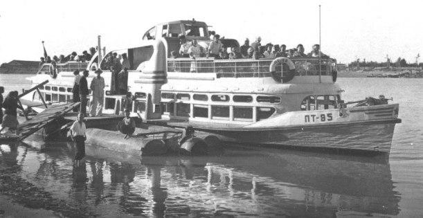 Речной трамвай был основным средством передвижения в городе в 1958 году.