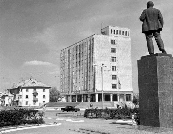 Памятник В.И. Ленину в Жилгородке и теперь уже современное здание налогового комитета.