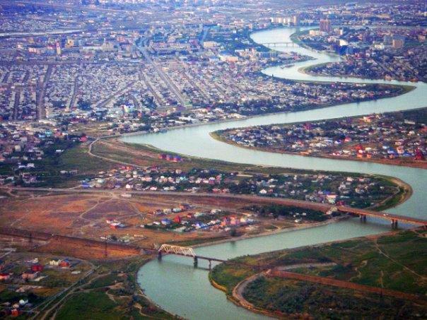 С высоты хорошо просматриваются три моста через реку Урал.