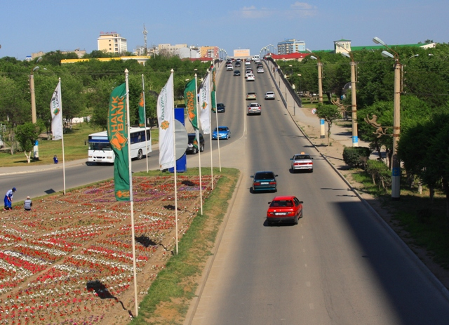 Вид на улицу Сатпаева с пешеходного перехода над улицей.