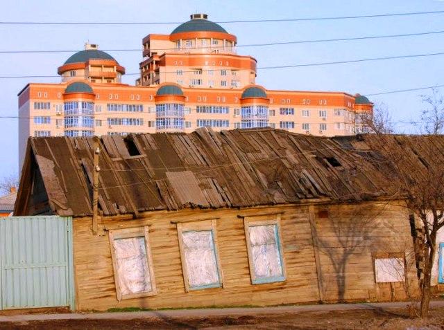 Старый Гурьев и новый Атырау. Фотография 2007 года.