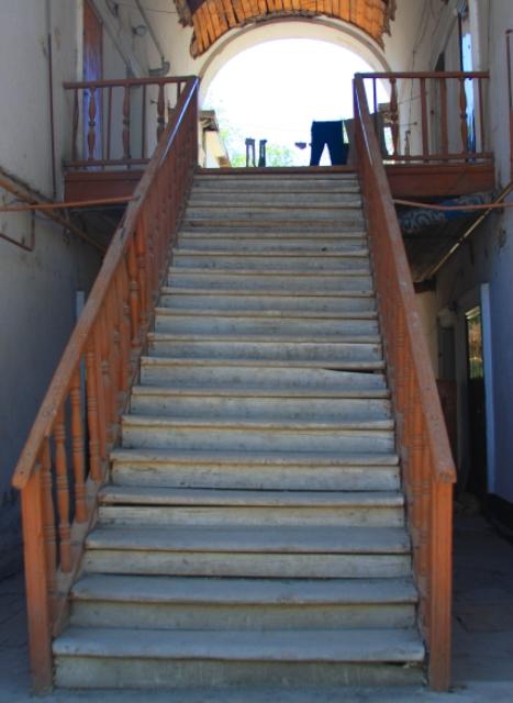 Старая лестница в двухэтажных домах в Жилгородке. 2009 год.