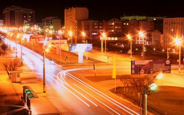Ночной Атырау. Улица Сатпаева. Фото 2007 года.