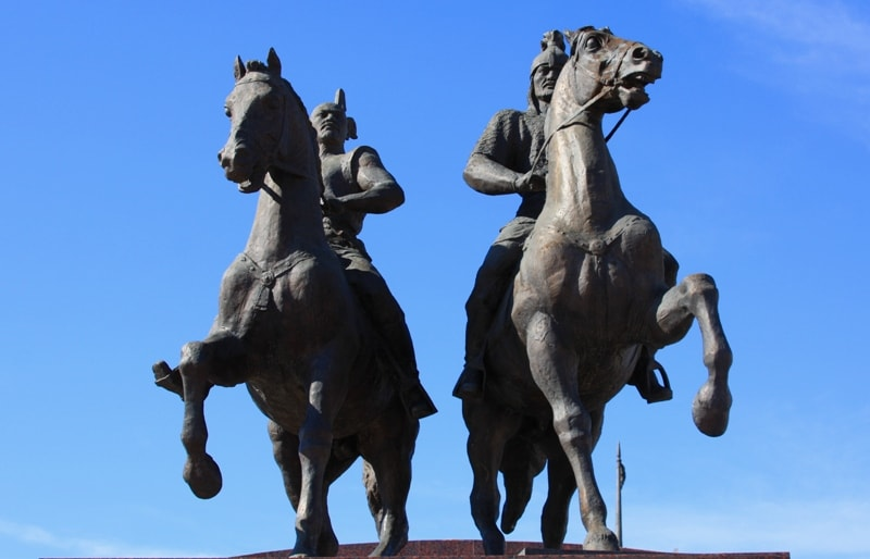 Памятник Махамбету и Исатаю в Атырау.