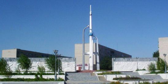 Памятник отражающий временные вехи города Байконур